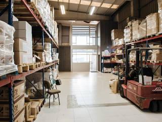 Vista_exterior_espacio de oficinas: Oficinas y Tiendas de estilo  de MAGA - Diseño de Interiores