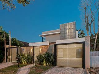 Casas modernas de TRÍADE ARQUITETURA Moderno