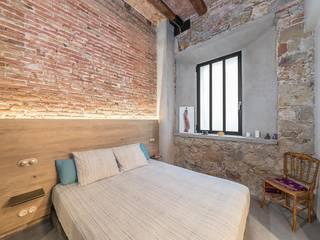 Rustic style bedroom by N.A. Construcción Rustic Bricks