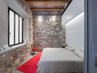 Rustic style bedroom by N.A. Construcción Rustic Stone