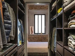 Rustic style dressing rooms by N.A. Construcción Rustic