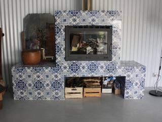 Lareira forrada a azulejos: Salas de estar  por Sant'Anna,Moderno