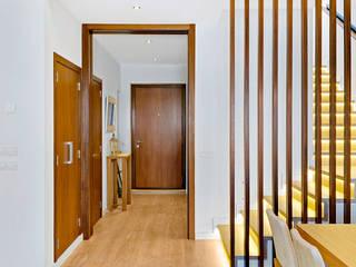 Blanca & Matteo House. Esporlas, Mallorca Pasillos, vestíbulos y escaleras de estilo mediterráneo de JAIME SALVÁ, Arquitectura & Interiorismo Mediterráneo