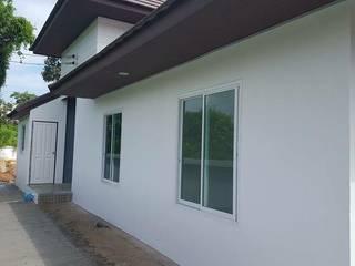Moderne Fenster & Türen von สถาปนิกสร้างสรรค์ Modern