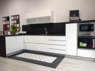 Cocina moderna contrastes: Oficinas y Tiendas de estilo  de Integralium
