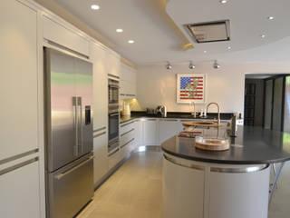 Bespoke contemporary kitchen:  Kitchen by Debenvale