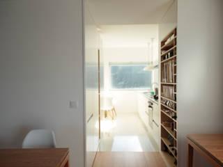 Apartamento_Caminha: Cozinhas asiáticas por Gabriela Pinto Arquitetura