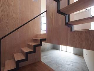 床下収納: YIA イシウエヨシヒロ建築設計事務所が手掛けた書斎です。