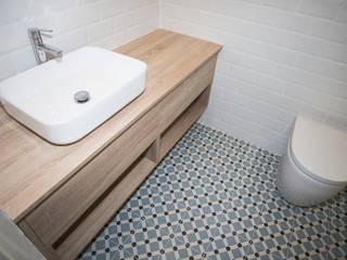 Grupo Inventia Baños de estilo moderno Madera Acabado en madera