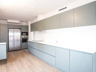 Grupo Inventia Cocinas de estilo moderno Compuestos de madera y plástico Gris
