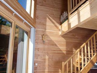 Maison Ossature Bois Pyrénées- PERLES ET CASTELET:  de style  par Falco Construction Bois