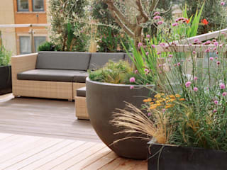 Roof Terrace Garden in Nottinghill, London:  Terrace by GreenlinesDesign Ltd