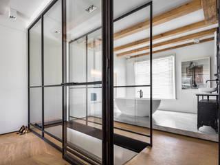 Een hemelbed in het paradijs Moderne gangen, hallen & trappenhuizen van Sigrid van Kleef & René van der Leest - Studio Ruim Modern