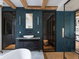 Een hemelbed in het  paradijs:  Badkamer door Studio RUIM