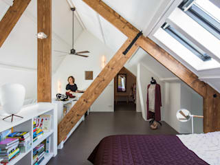Wonen in een  klaslokaal:  Slaapkamer door Studio RUIM