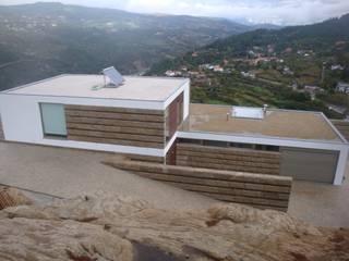 Moradia unifamiliar em Cinfães: Casas  por Área77 - arquitectura, engenharia e design, lda,Moderno