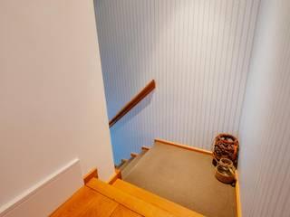 Couloir et hall d'entrée de style  par Perfect Stays