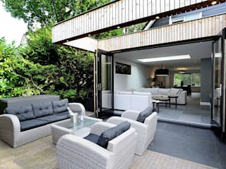terras achterzijde aanbouw:  Woonkamer door robin hurts architect