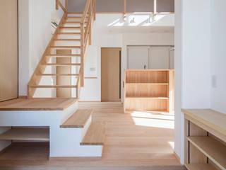 Pasillos, vestíbulos y escaleras de estilo moderno de 祐建築設計事務所 Moderno