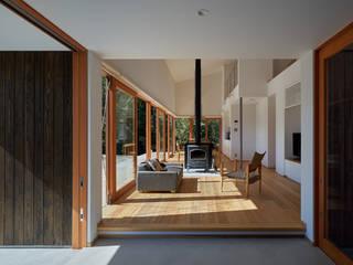 湖沼に建つ家: toki Architect design officeが手掛けたリビングです。