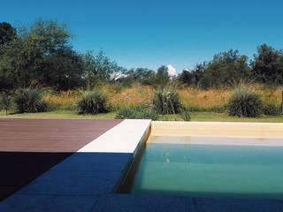 Piscinas de estilo  de VHA Arquitectura