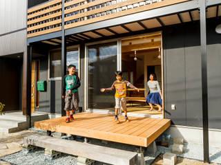 Eclectic style balcony, veranda & terrace by 株式会社 建築工房零 Eclectic