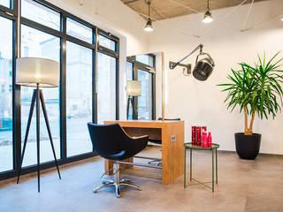 Oficinas y Tiendas de estilo  por THE INNER HOUSE,