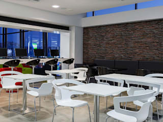 La pizarra es el material perfecto para revestir tu pared Salones de estilo moderno de Panespol Moderno