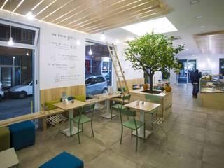 """zona consumazione """"slow"""": Gastronomia in stile  di Casaburi & Memoli Architetti"""
