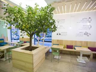 l'albero di Citrus punto focale del locale: Gastronomia in stile  di Casaburi & Memoli Architetti