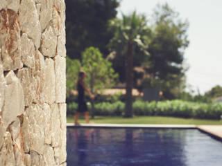 Villa El Portet: Jardines de estilo  de Nuam