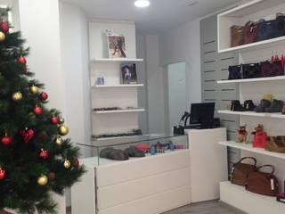 Tienda calzado de mujer Oficinas y tiendas de estilo moderno de JJ Instalaciones Comerciales Granada SL Moderno