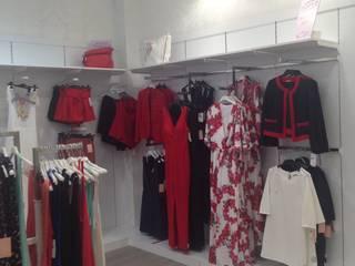 Tienda ropa joven de JJ Instalaciones Comerciales Granada SL Moderno