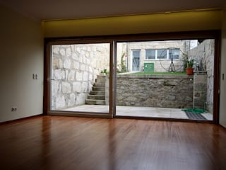 """Casa J+L (em colaboração com o Gabinete """"Esquissos 3G"""") Salas de estar modernas por Ricardo Baptista, Arquitecto Moderno"""