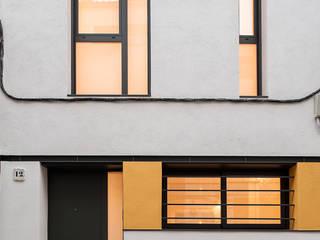 Santa Anna: Obra nueva de una vivienda unifamiliar entre medianeras Casas de estilo moderno de Càmara·Bonastre Moderno
