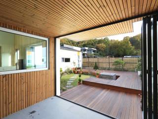 Moderner Balkon, Veranda & Terrasse von 주택설계전문 디자인그룹 홈스타일토토 Modern Holz Holznachbildung