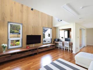 마당에 면한 거실: 주택설계전문 디자인그룹 홈스타일토토의  거실