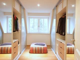 Modern Dressing Room by Boldt Innenausbau GmbH - Tischlerei & Raumkonzepte Modern