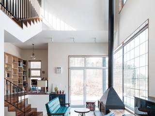 Living room by 라움플랜 건축사사무소