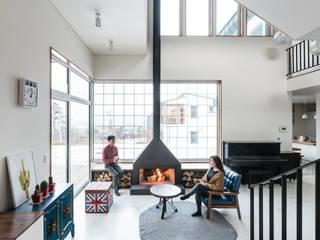 공간적 개방감이 극대화 된 거실: 라움플랜 건축사사무소의  거실
