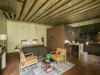 Eklektyczna kawalerka w Paryżu Eklektyczna sypialnia od Marta Czeczko | architekt wnętrz Eklektyczny