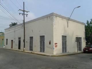 Vista de las fachadas estado original:  de estilo  por Creatividad y Construcción  CREACON