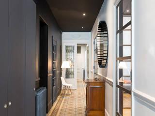 Un Haussmannien décoré: Couloir et hall d'entrée de style  par Dominique Marcon