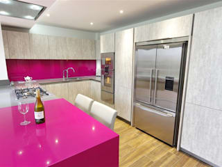 Modern design with magenta accents PTC Kitchens Cucina moderna