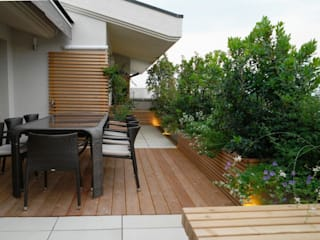 Wood and Green: Terrazza in stile  di Paola Thiella
