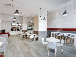 Salle: Restaurants de style  par CONTRAST DECO
