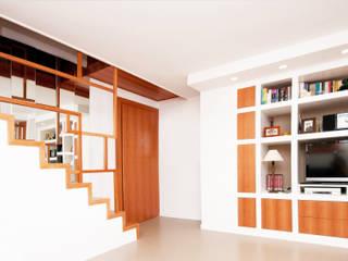 Ristrutturazione appartamento su due livelli Fabiola Ferrarello ห้องโถงทางเดินและบันไดสมัยใหม่ ไม้ White