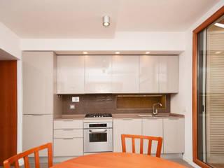 Ristrutturazione appartamento su due livelli Fabiola Ferrarello ห้องครัวตู้เก็บของและชั้นวางของ กระจกและแก้ว Grey