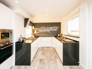 Ristrutturazione appartamento 50 mq Fabiola Ferrarello Cocinas de estilo moderno Madera Blanco