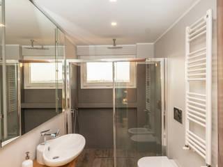 Ristrutturazione appartamento 50 mq: Bagno in stile in stile Moderno di Fabiola Ferrarello architetto